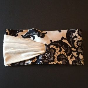 Black and white Lululemon headband